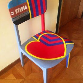 40° 38' 3″ N, 15° 48' 15″ E. Acrilico su sedia di legno. Sedia di arredo e utlizzabile. 2020. (2)