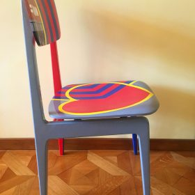 40° 38' 3″ N, 15° 48' 15″ E. Acrilico su sedia di legno. Sedia di arredo e utlizzabile. 2020. (3)
