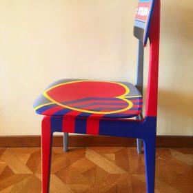 40° 38' 3″ N, 15° 48' 15″ E. Acrilico su sedia di legno. Sedia di arredo e utlizzabile. 2020. (4)