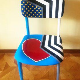 45° 6′ 34″ N, 7° 38′ 28″ E. Acrilico su sedia di legno. Sedia di arredo e utlizzabile. 2020. (1)
