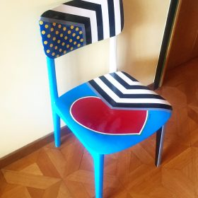 45° 6′ 34″ N, 7° 38′ 28″ E. Acrilico su sedia di legno. Sedia di arredo e utlizzabile. 2020. (2)
