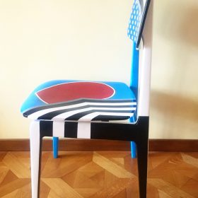 45° 6′ 34″ N, 7° 38′ 28″ E. Acrilico su sedia di legno. Sedia di arredo e utlizzabile. 2020. (3)