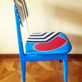 45° 6′ 34″ N, 7° 38′ 28″ E. Acrilico su sedia di legno. Sedia di arredo e utlizzabile. 2020. (4)