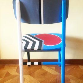 45° 6′ 34″ N, 7° 38′ 28″ E. Acrilico su sedia di legno. Sedia di arredo e utlizzabile. 2020. (5)