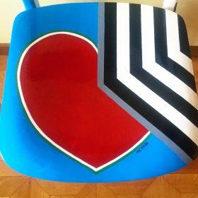 45° 6′ 34″ N, 7° 38′ 28″ E. Acrilico su sedia di legno. Sedia di arredo e utlizzabile. 2020. (6)